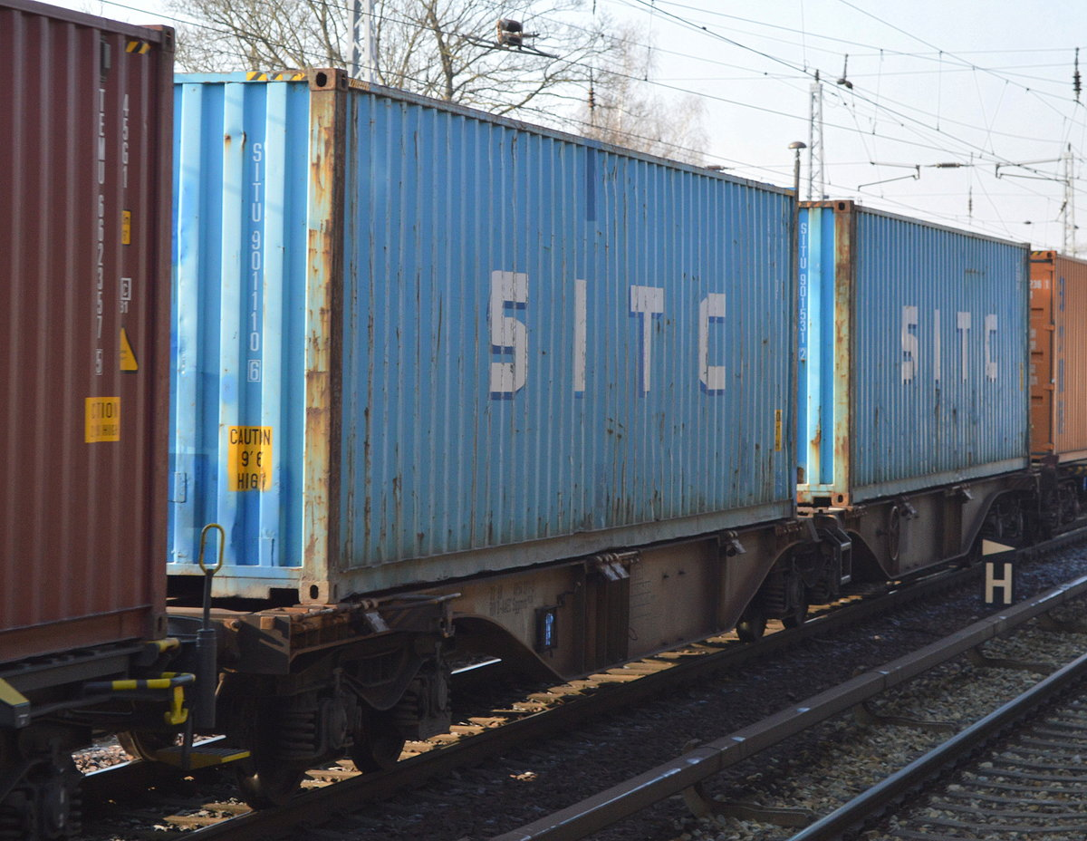 Zwei hellblaue 40ér Container der asiatischen SITC International Holdings Co., Ltd am 08.02.18 Berlin-Hirschgarten.