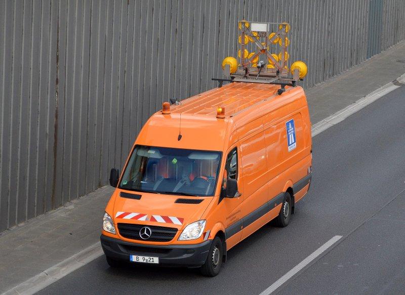 MB Sprinter con un grande segnale di avvertimento sul tetto dell'amministrazione federale dell'autostrada Land Berlin Autobahnmeisterei Berlin il 7 maggio 2015 Berlin city freeway ... - Karow900.startbilder.de
