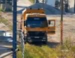 LKW mit Hubarbeitsbuhne/94977/ein-zweiwegefahrzeug-der-fa-wemo-tec-ein Ein Zweiwegefahrzeug der Fa. WEMO-tec, ein MB ACTROS 2631 als schienenfähiges Brückenuntersichtgerät am 20.10.08 bei Bauarbeiten an der Putlitzbrücke Berlin-Moabit.