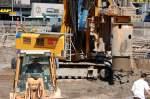 bauer/106891/hier-aus-der-naehe-das-kettenuntergestell Hier aus der Nähe das Kettenuntergestell und der Drehbohrkopf des BAUER BH 36 H der Fa. universale SPEZIALTIEFBAU GSB, Berlin Joachimstaler Str., 31.07.08