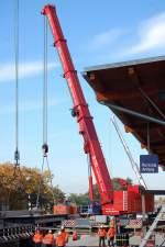 LIEBHERR/100265/hier-sieht-man-wie-das-brueckensegment Hier sieht man wie das Brückensegment mit Hilfe der beiden 500 Tonnen Fahrzeugkräne mit viel Feingefühl in die Baulücke gehoben wird, 23.10.10 Berlin-Baumschulenstr.