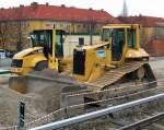 caterpillar-cat/84680/cat-d6n-lgp-raope-der-faeggers CAT D6N LGP Raope der Fa.EGGERS neben einem CAT Walzenzug am 28.03.09 beim Neubau des S-Bhf Berlin Adlershof.
