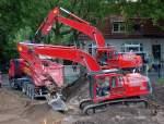 VOLVO/106662/kraeftig-zur-sache-ging-es-am Kräftig zur Sache ging es am 17.07.09 bei den Erdarbeiten zum Bau eines neuen Discouters am S-Bhf. Berlin-Karow, gleich zwei VOLVO EC 290 beseitigten den Bauschutt der dortigen ehemaligen Gartenkolonie.
