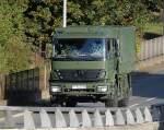 LKW und Gelandewagen/104668/ein-gelaendegaengiger-mb-axor-lkw-der Ein geländegängiger MB AXOR LKW der Bundeswehr, Autobahnabfahrt Berlin Knobelsdorffstr.