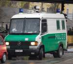 bereitschaftspolizei-einsatzbereitschaften/104989/ein-mb-611-d-gruppenkraftwagen-der Ein MB 611 D Gruppenkraftwagen der Berliner Bereitschaftspolizei, 15.11.08 Berlin-Pankow.