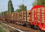 drehgestellflachwagen-mit-rungen/87949/drehgestellflachwagen-mit-4-radsaetzen-mit-8 Drehgestellflachwagen mit 4 Radsätzen mit 8 Doppelrungen/Seite ohne Seitenwand- und Stirnklappen mit Niederbindeeinrichtung der DB vom Typ Snps 719 eingesetzt in diesem Fall für Holztransporte, gemischter Güterzug am 02.07.10 Berlin-Karow.