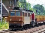 BR 142/80314/die-dp-62-91-80-6142 Die DP 62 (91 80 6142 042-1 D-ENRA, Bj. 1964) hat die KUBE CON rail 18 (98 80 3202 787-8 D-ENRA, Bj. 1975) am Haken + Leerzug Drehgestellflachawgen für Holtransporte, 21.06.10 Berlin-Buch Richtung Bernau.