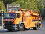 Mull- und Spezialentsorgungsfahrzeuge/162473/mb-axor-1824-abwasserreinigungsfahrzeug-bsr-bs MB AXOR 1824 Abwasserreinigungsfahrzeug (BSR BS 011) der Berliner Stadtreinigung, 04.10.11 Berlin-Pankow.