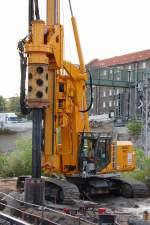diverse-baufahrzeuge-und-maschinen/106962/die-baufirma-max-boegl-mit-einem Die Baufirma MAX BÖGL mit einem eigenem Drehbohrsystem vom Hersteller DELMAG Typ RH22 am 05.10.09 Großbaustelle Neubau der Spnadauer Damm Brücke in Berlin.