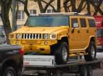 am-general-hummer-h-2-h-3/101971/ein-hummer-h2-in-auffaellig-gelber Ein HUMMER H2 in auffällig gelber Färbung beim Transport, ein echter Hingucker, 03.02.10 Berlin-Charlottenburg.